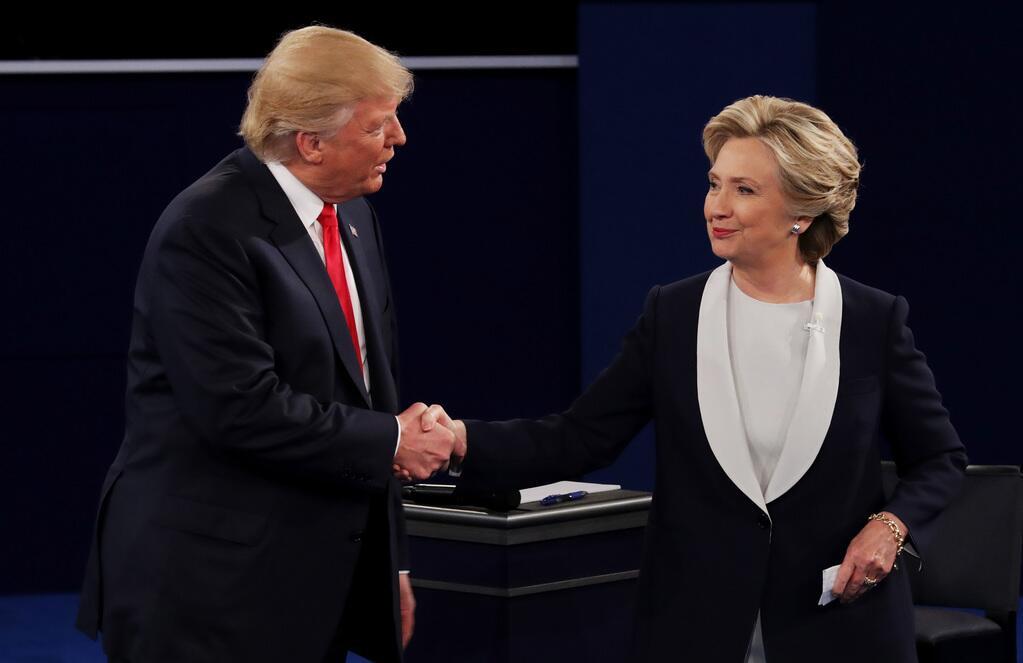 Trump y Clinton se dan la mano al final del debate, un gesto que evitaro...
