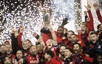 Los jugadores del Toronto FC festejan con el trofeo luego de proclamarse...