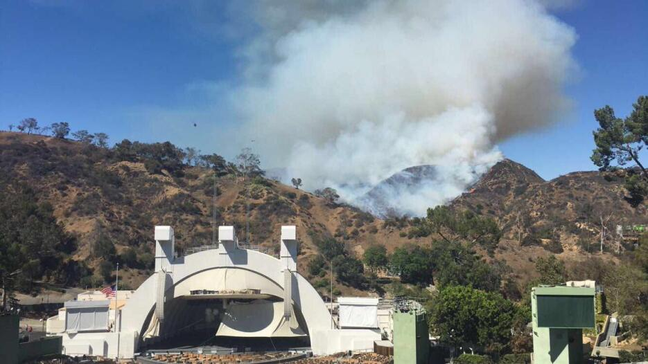 El fuego se extendía cerca del Hollywood Bowl.