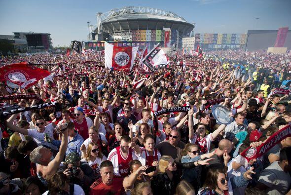 Los equipos holandeses llevan un promedio de 19,200 aficionados por part...