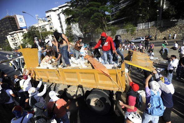Los estudiantes se valían de cualquier material para formar barricadas.