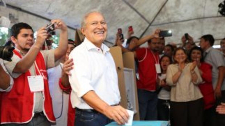 Sánchez Cerén, de 69 años, asume la la presidencia de El Salvador por ci...