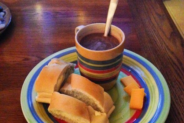 Por las mañanas un buen chocolate caliente con pan y queso! Tremenda man...
