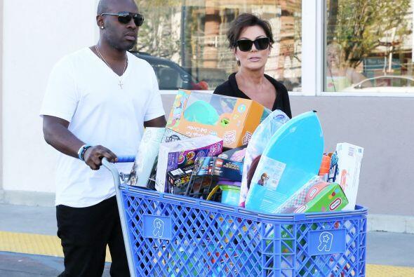 Le compró a sus pequeñitos varios LEGOs, muñecas y otros juguetitos.