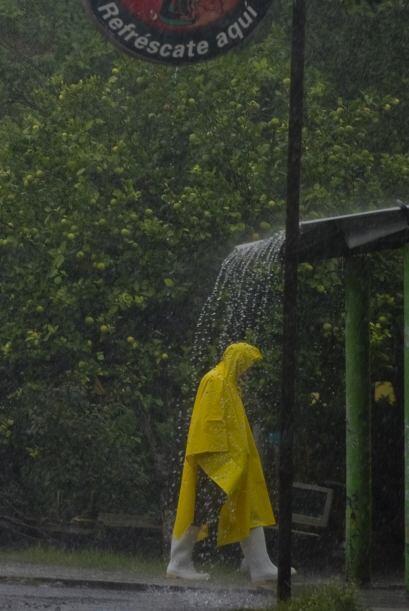 El fenómeno también ocasiona vientos de tormenta tropical a una distanci...