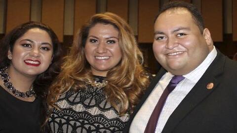 Daniel Hernández Jr. junto a sus hermanas Alma y Consuelo.