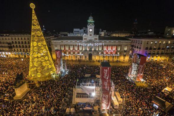 El reloj de la Puerta del Sol dio la bienvenida al nuevo año 2015 en una...