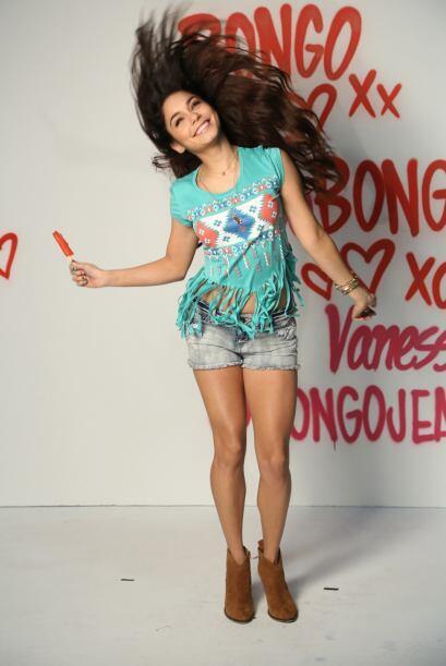 La actriz aparece frente a una pared llena de grafitti, luciendo prendas...